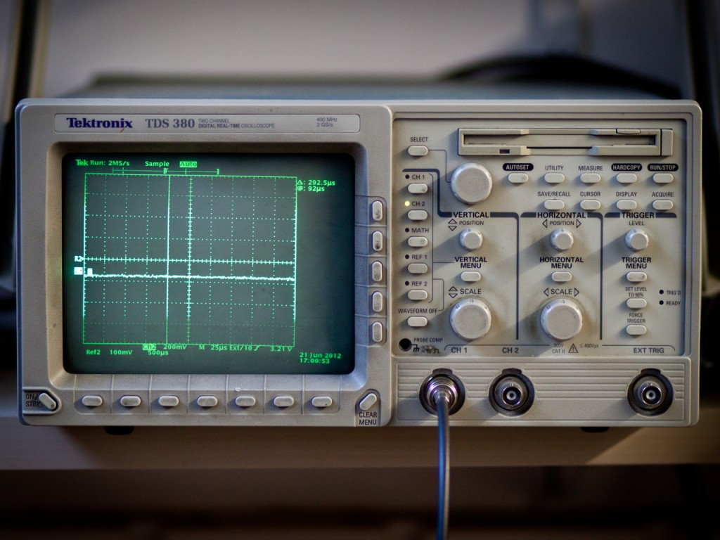 Measures records and analyze signals (analog and digital), from DC up to 1GHz